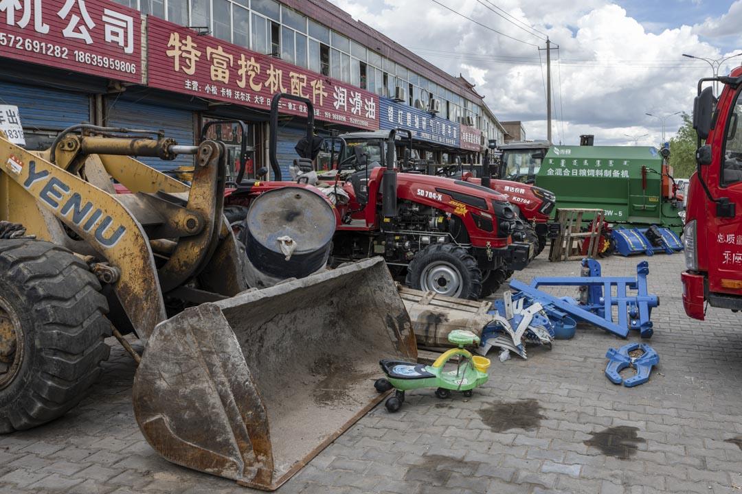 大柳塔鎮售賣挖煤車、鏟煤車的商鋪。