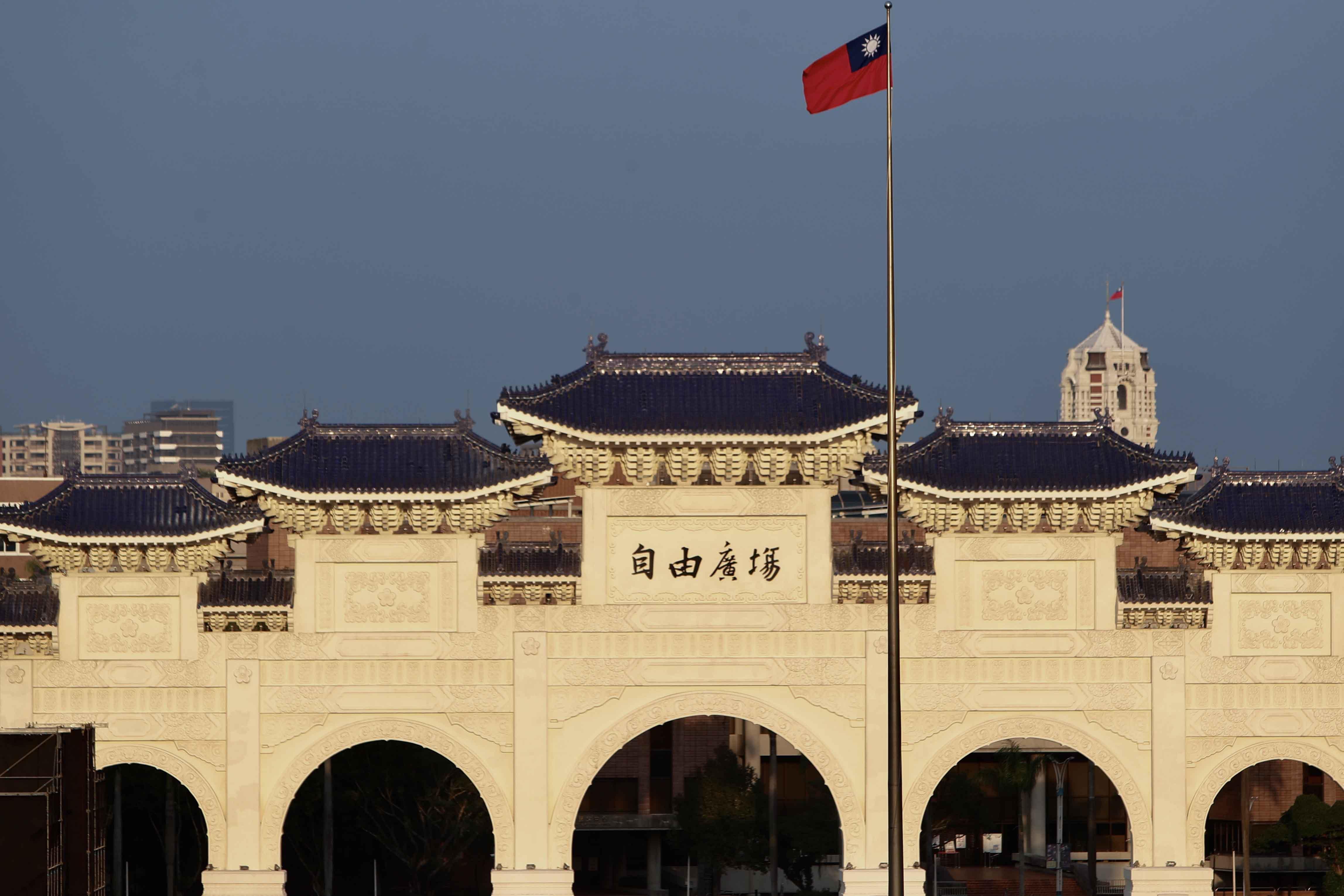 2020年11月15日,衛隊早上在台北自由廣場升起台灣國旗。 攝:Ceng Shou Yi/NurPhoto via Getty Images