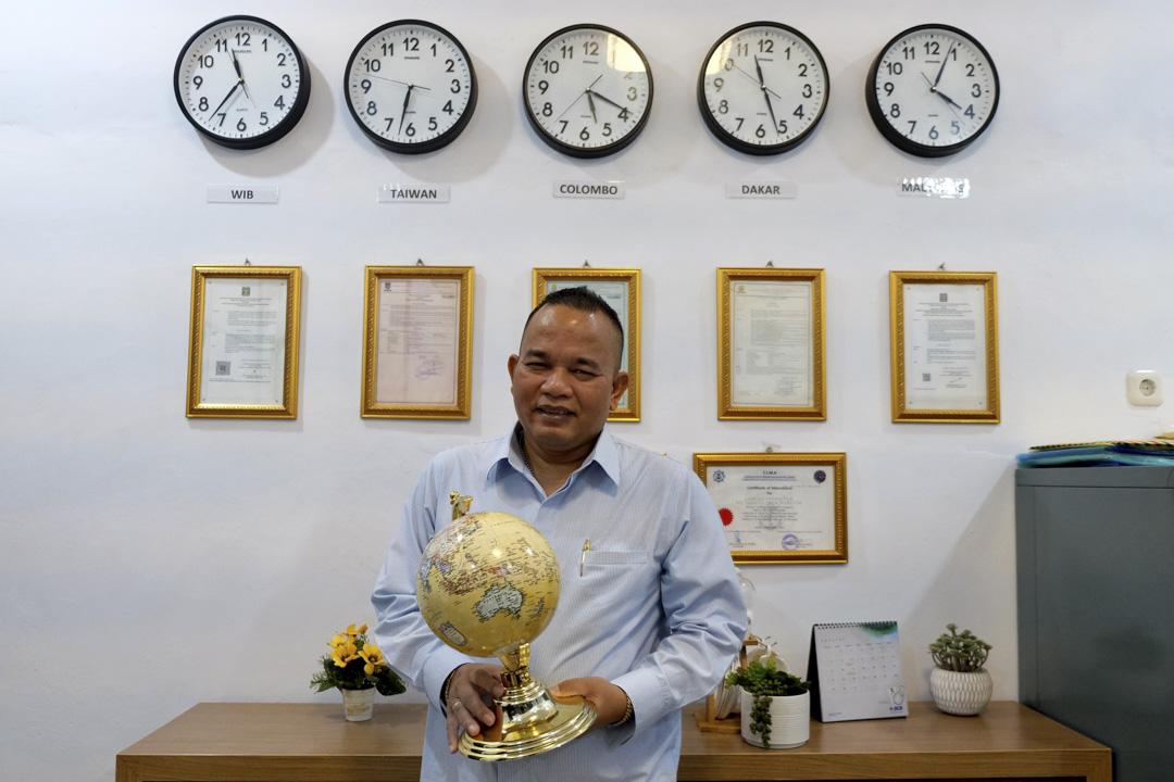 Samuel Panjaitan在他位於雅加達北部的辦公室。他的代理公司PT Samuel Maritim Jaya所招聘的員工被派到大連海洋漁業的漁船上工作。