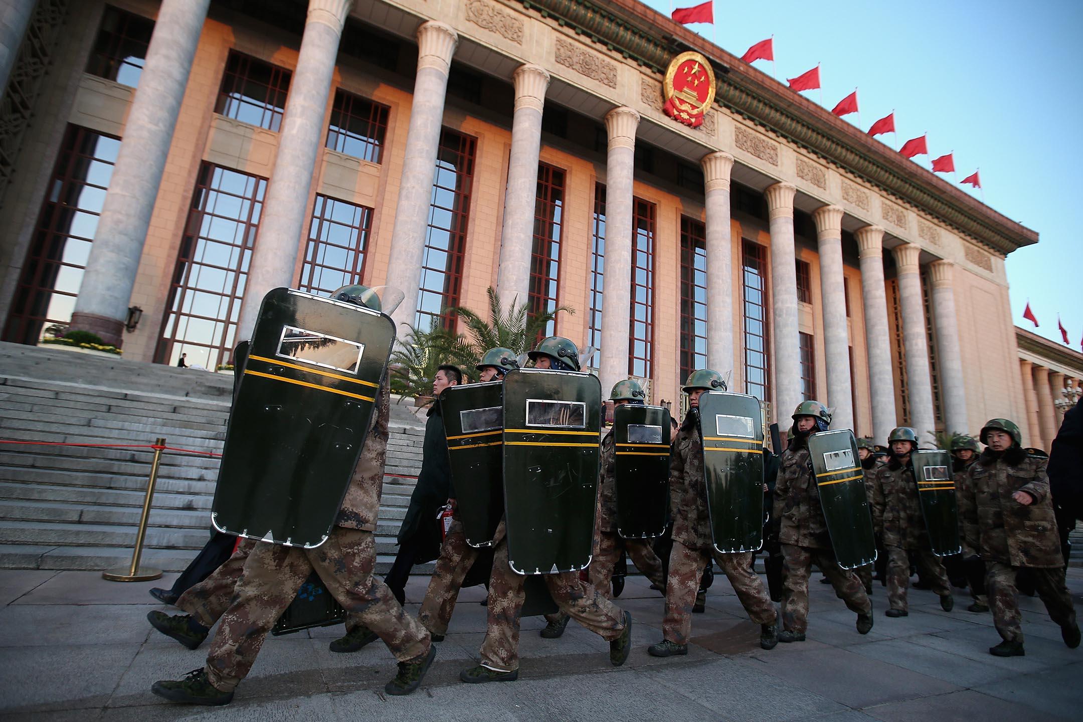 2012年11月8日北京,第十八次共產黨代表大會開幕會議之前,中國士兵經過人民大會堂。