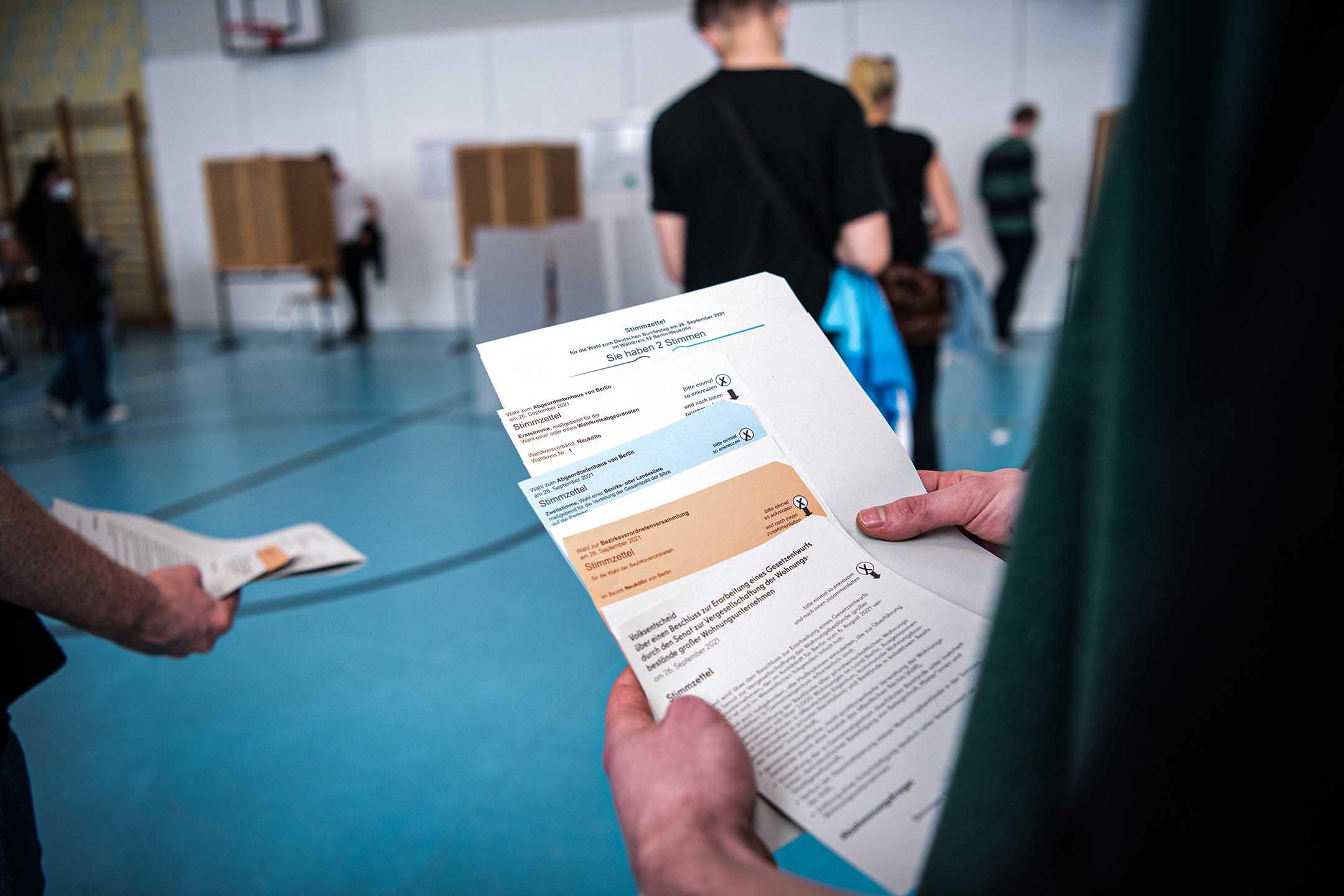 2021年9月26日德國柏林,選民排隊等候在選舉中投票。
