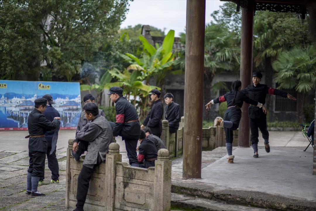 中國浙江省東陽市,數名電影學校的學生在一個拍攝場地進行排練。