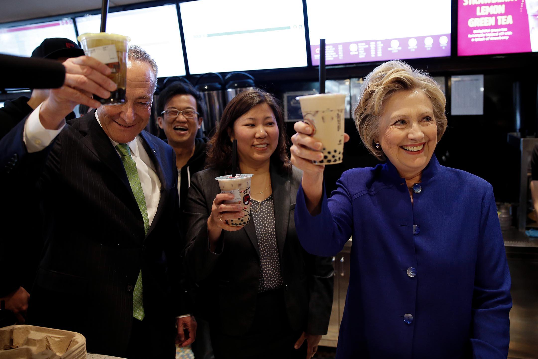 2016年4月18日美國紐約市,美國民主黨總統候選人希拉里·克林頓在訪問美國紐約市皇后區餐廳時舉起她的珍珠奶茶。