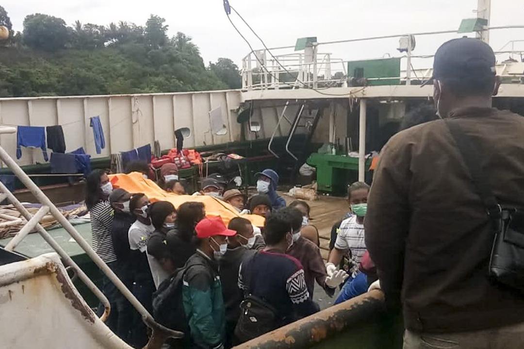 印尼城市比通(Bitung)港口,漁工們將兩位於三個月前在太平洋離世的同僚的遺體抬到岸上。據印尼外交部,船員Saleh Anakota和Rudi Ardianto是死於不明疾病。