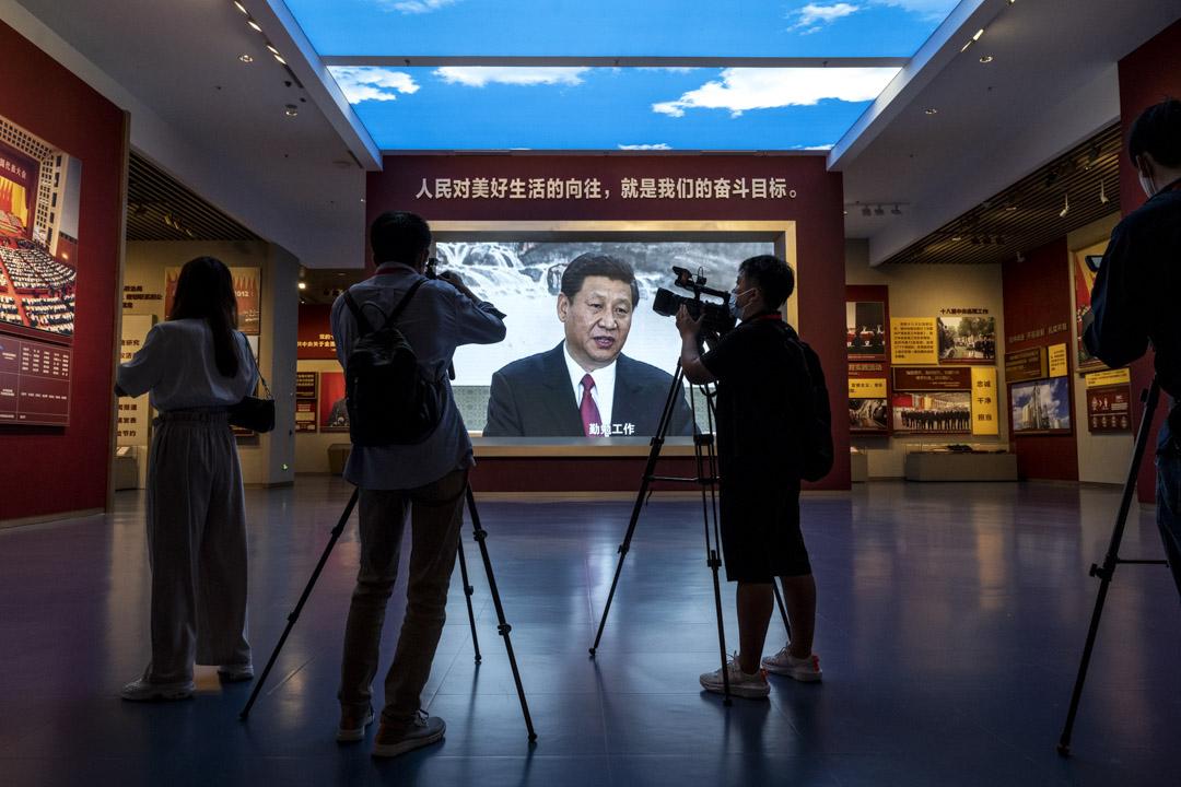 2021年6月25日中國北京中國共產黨博物館,記者在展示國家主席習近平的大屏幕旁拍攝。