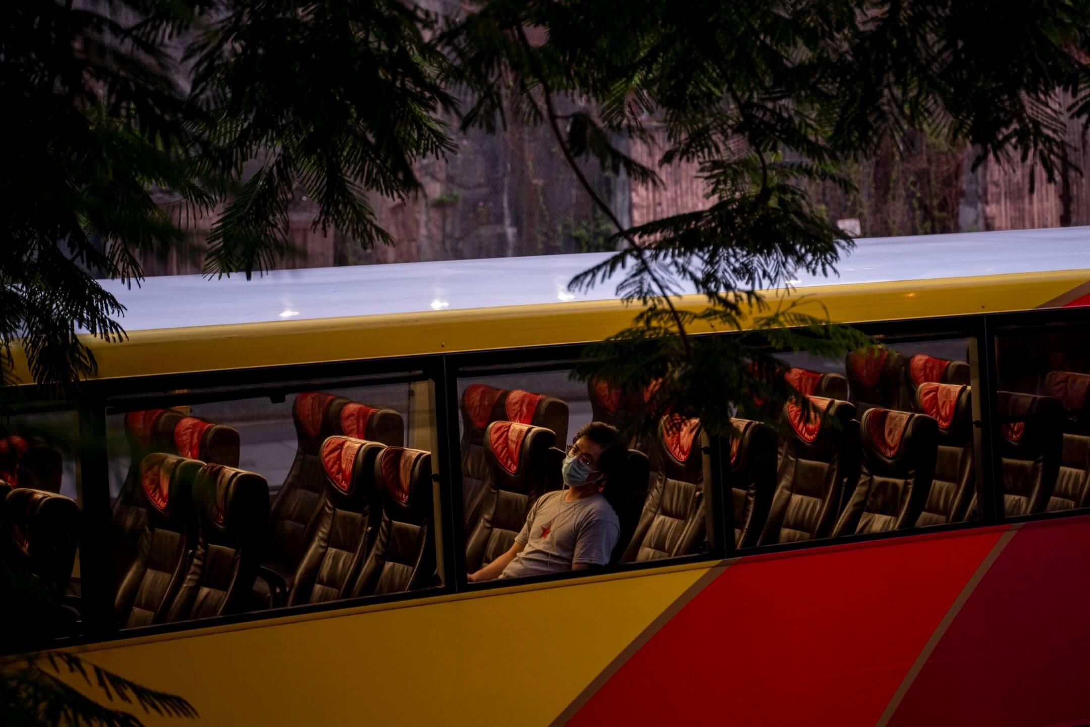 2020年9月2日,一名乘客在巴士上睡覺。 攝:林振東/端傳媒