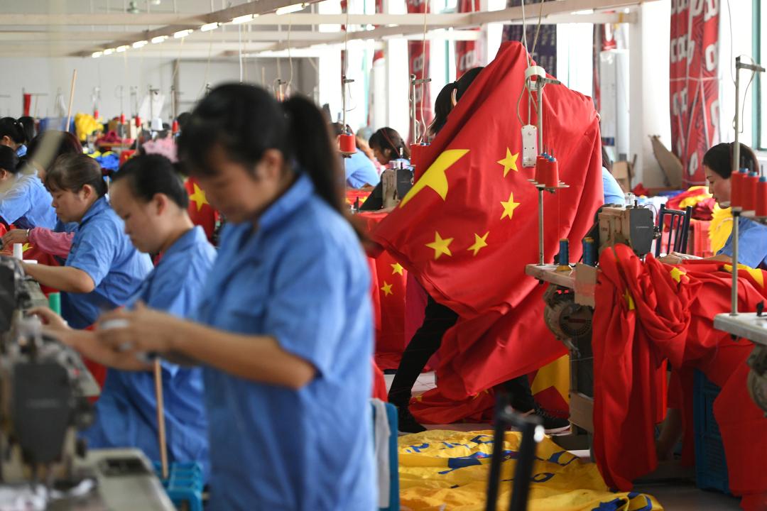 2019年9月25日,中國浙江省嘉興市,一間工廠製作中國國旗。 攝:Reuters Photo