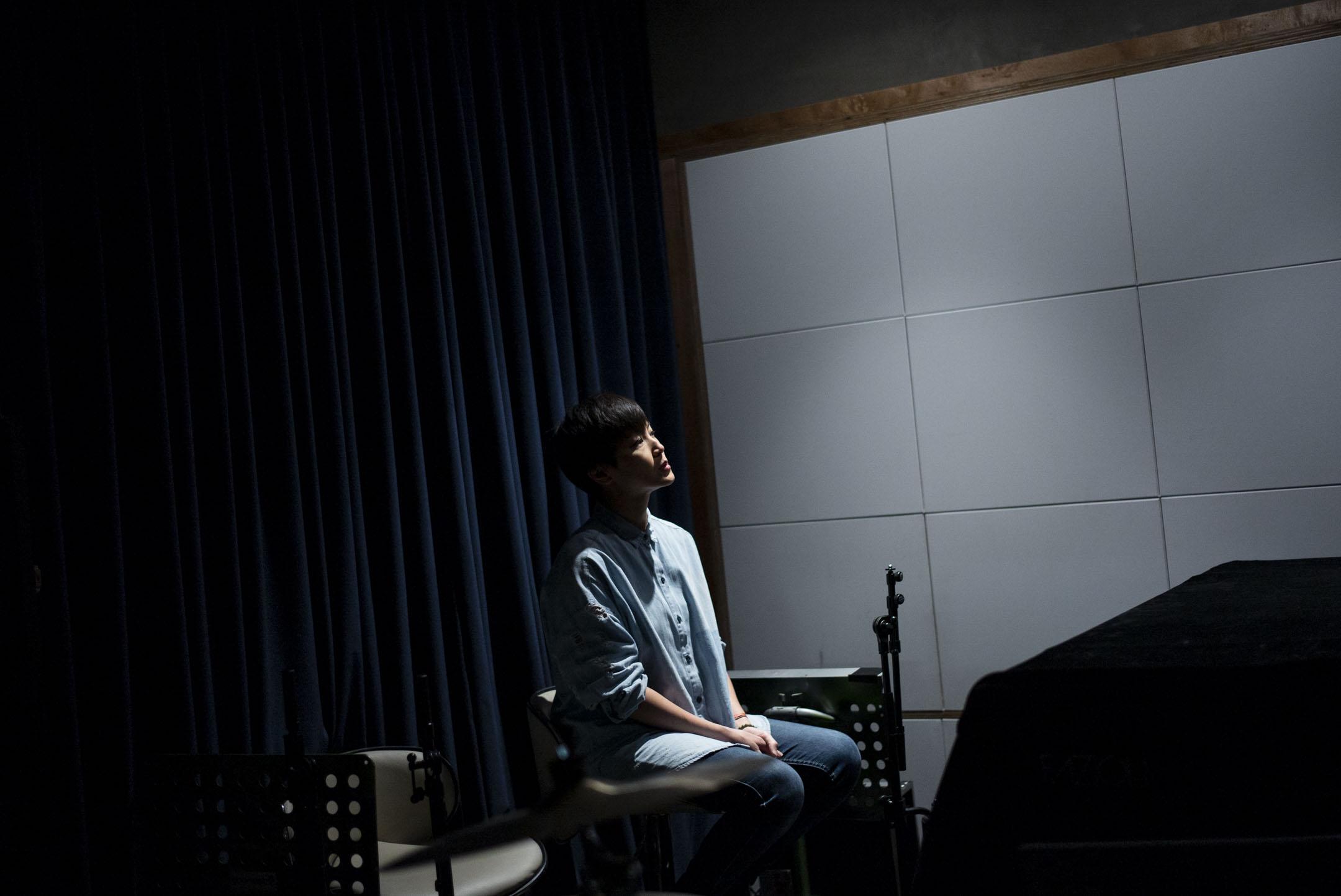 香港歌手何韻詩宣佈,由於香港藝術中心臨時取消她的場地預訂,原定於9月6日至12日在壽臣劇院舉行的演唱會被迫取消。圖為2020年,何韻詩接受端傳媒訪問,拍攝於錄音室。 攝:林振東/端傳媒