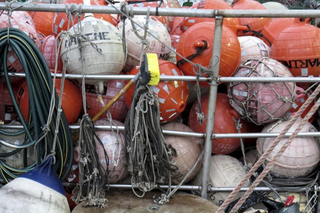 延繩釣船用的橙色浮波。