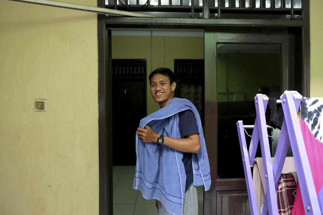 2021年8月,Rizky Fauzan Alvian在雅加達的一所寄宿公寓。