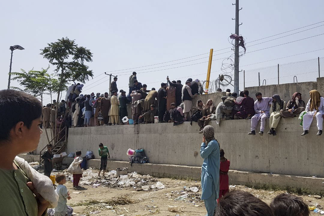 2021年8月23日,想要逃離阿富汗喀布爾的人繼續在哈米德卡爾扎伊國際機場附近等待。