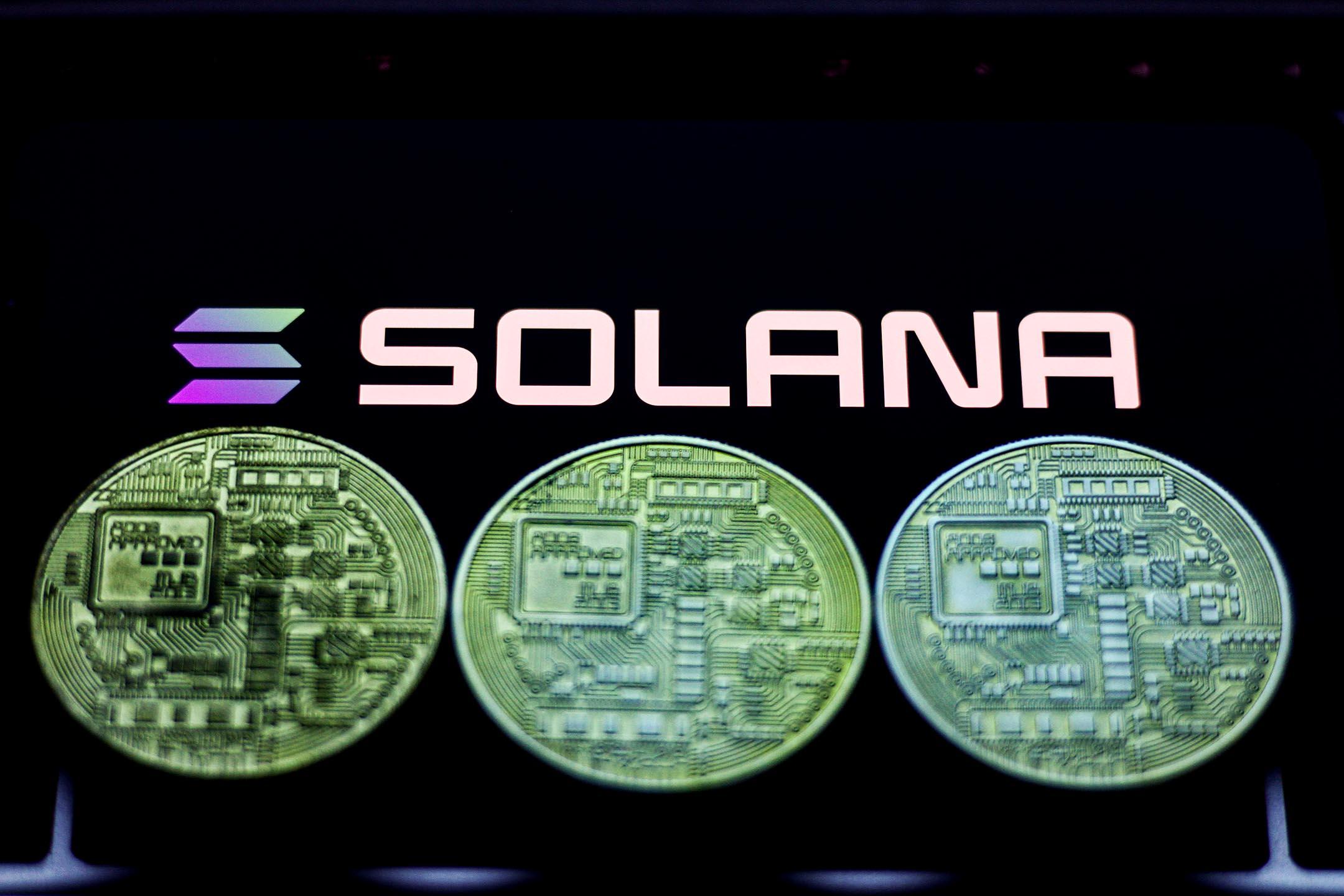 2021年8月21日波蘭克拉科夫,手機屏幕上顯示Solana徽標。