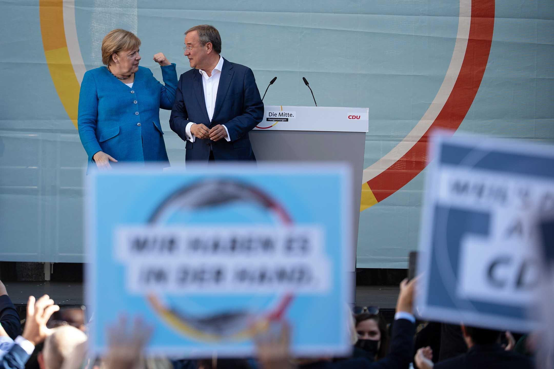 2021年9月25日德國亞琛,德國總理默克爾和基民盟總理候選人阿明·拉謝特在競選活動中登台。
