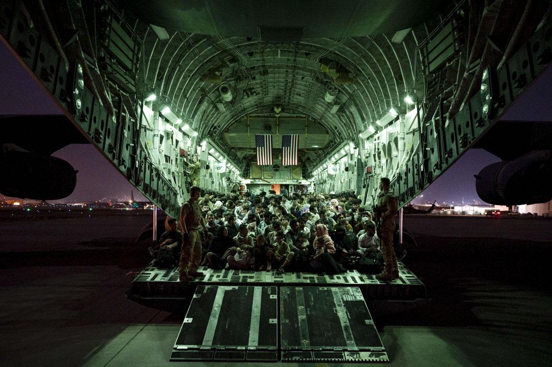 2021年8月21日,阿富汗哈米德卡爾扎伊國際機場,一架載滿撤離人員的美國飛機上正待起飛。
