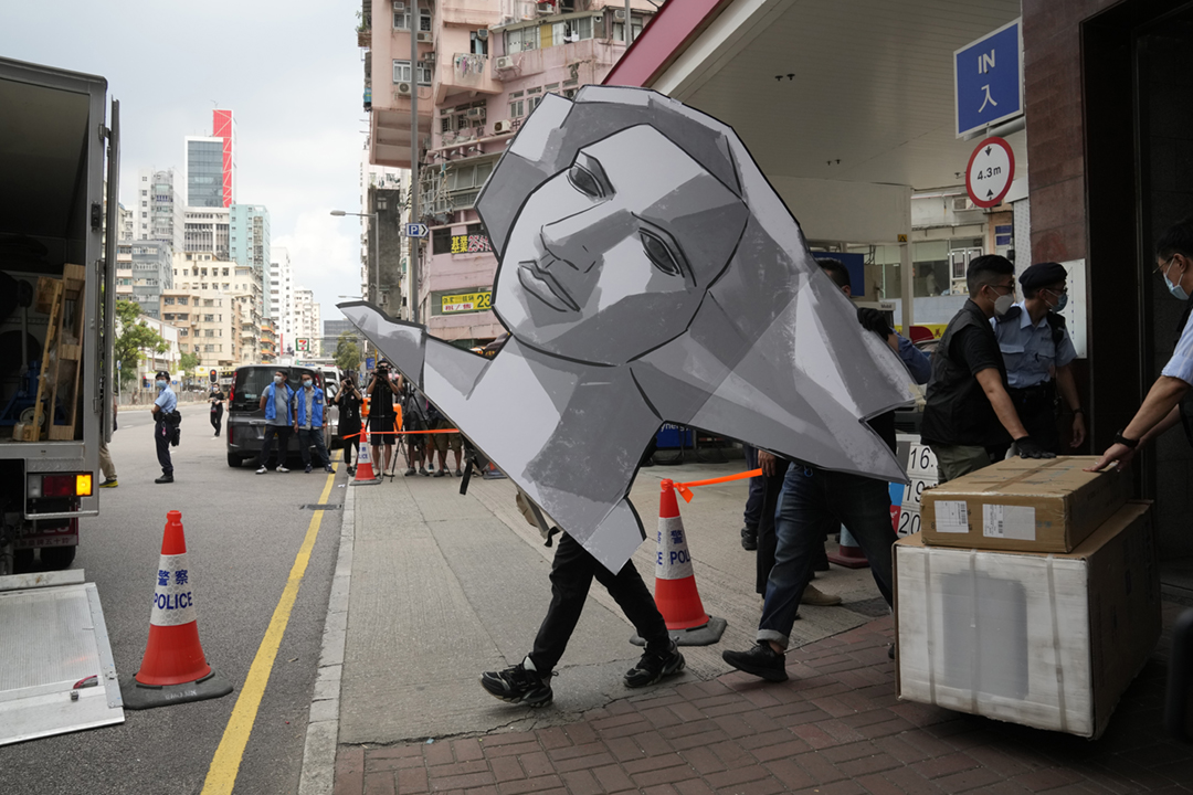 2021年9月9日,香港警務處國家安全處派員搜查支聯會六四紀念館,帶走大批證物。 攝:Kin Cheung / AP