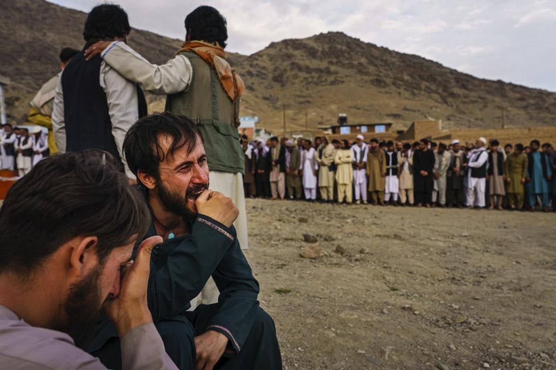 2021年 8月30日,阿富汗喀布爾,美國以無人機擊中一輛載有ISIS-K高層人員的車輛,事件令不少阿富汗平民死亡,其後舉行集體葬禮,親屬無法控制地在場哭泣起來。