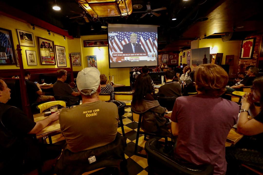 2020年11月4日,台北一家酒吧,在場人士觀看電視了解美國大選現場結果。