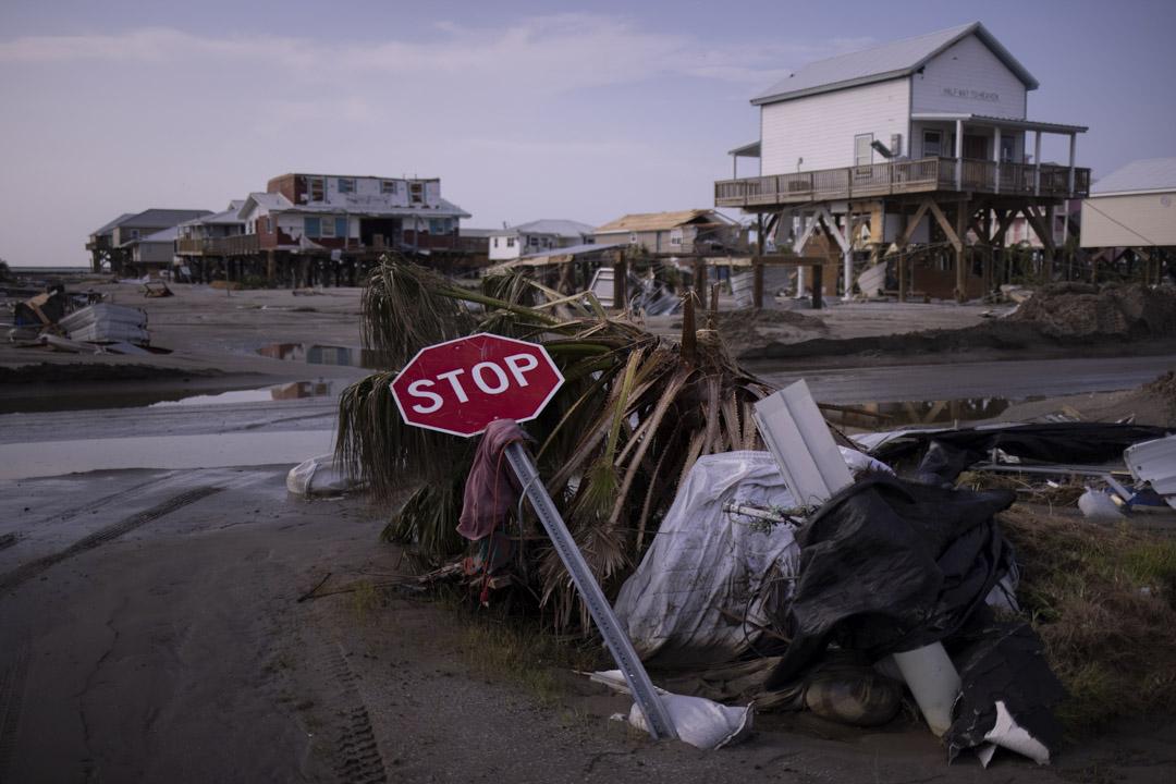2021年9月2日,美國路易斯安那州格蘭德島,島上的房屋和路牌都被來襲的颶風艾達摧毀。
