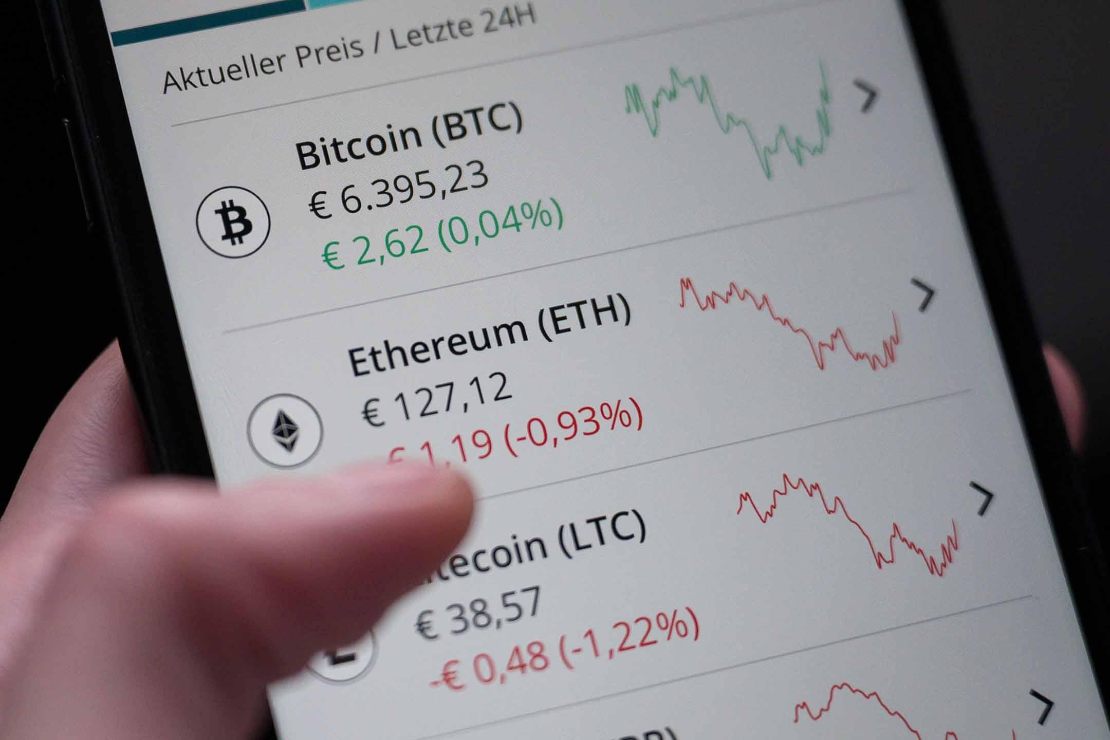 2019年12月16日德國巴登符騰堡,一位女士通過智能手機買賣以太坊等加密貨幣。