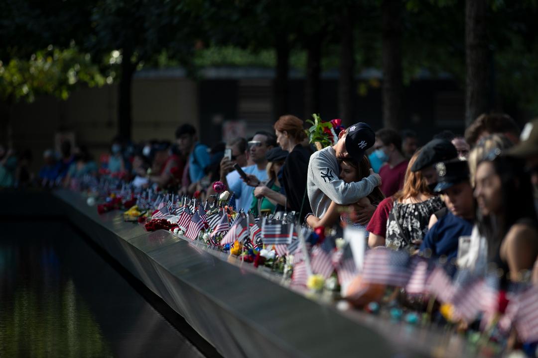 2021年9月11日,美國紐約,人們在「9·11」紀念博物館悼念遇難者。 攝:Liao Pan/Getty Images