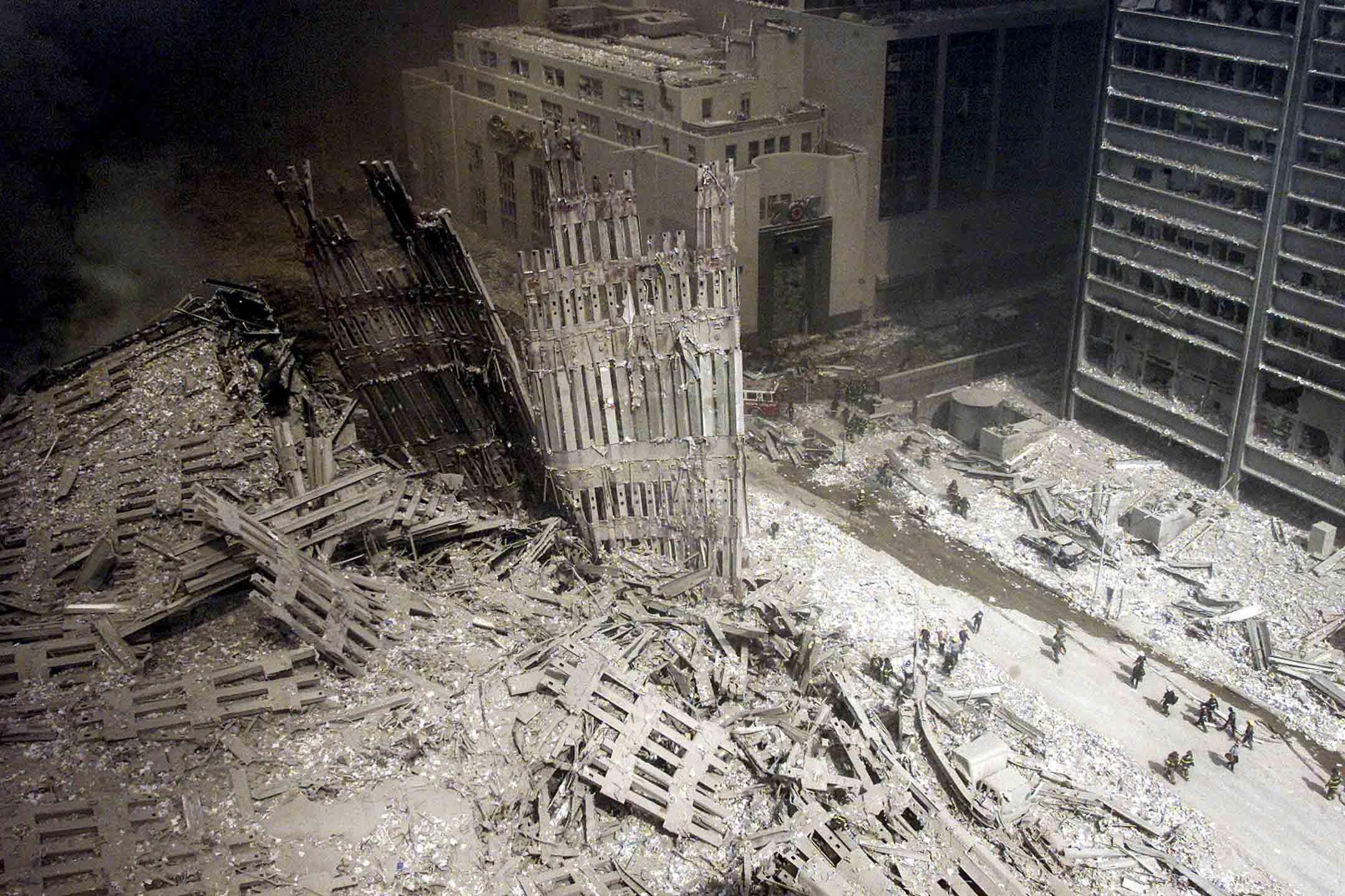 2001年9月11日,紐約世貿中心一群消防員在911恐怖襲擊中被摧毀的現場。
