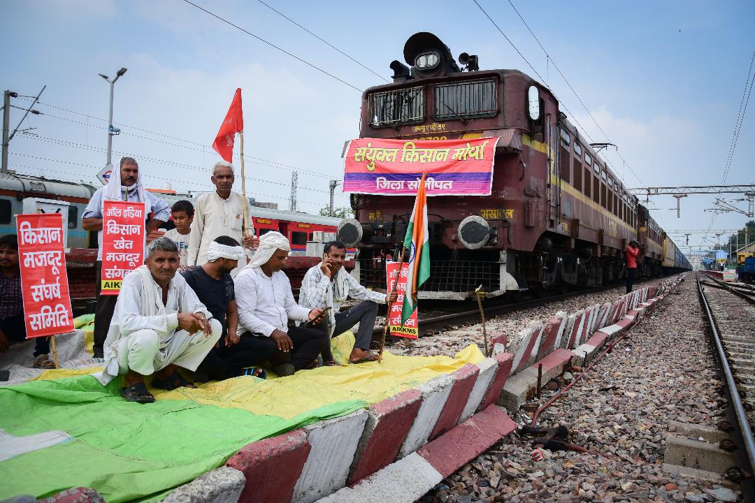 2021年9月27日,印度哈里亞納邦,農民堵塞鐵路交通。 攝:Manish Rajput/Getty Images