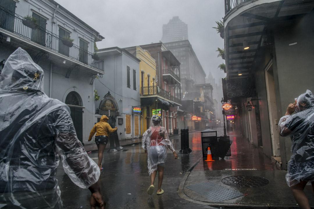 2021年8月29日,美國路易斯安那州城市新奧爾良,颶風艾達吹襲期間,有當地居民在街道上走過。
