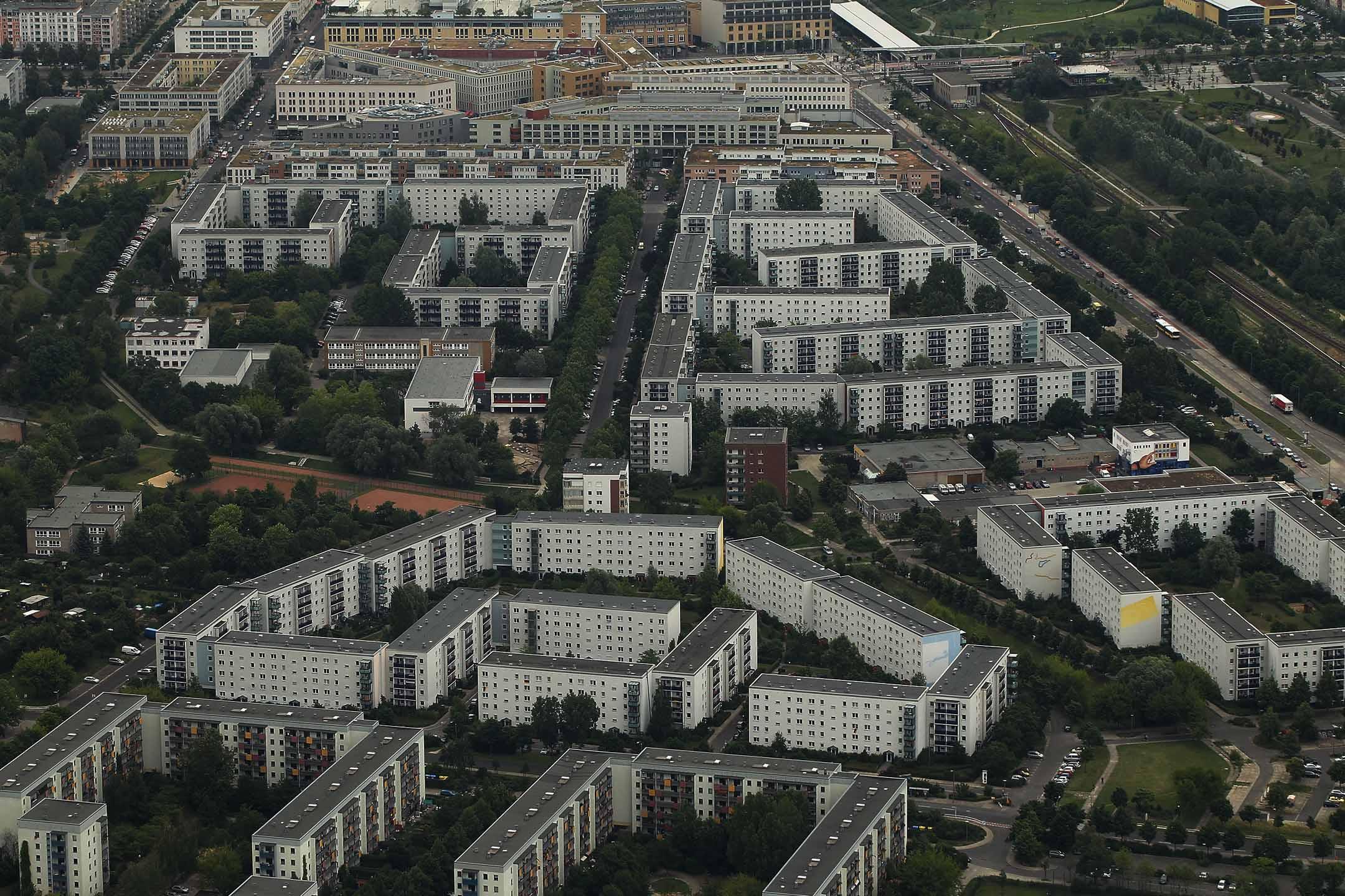 2012年6月27日德國柏林,共產主義時代的公寓樓矗立在柏林東郊。