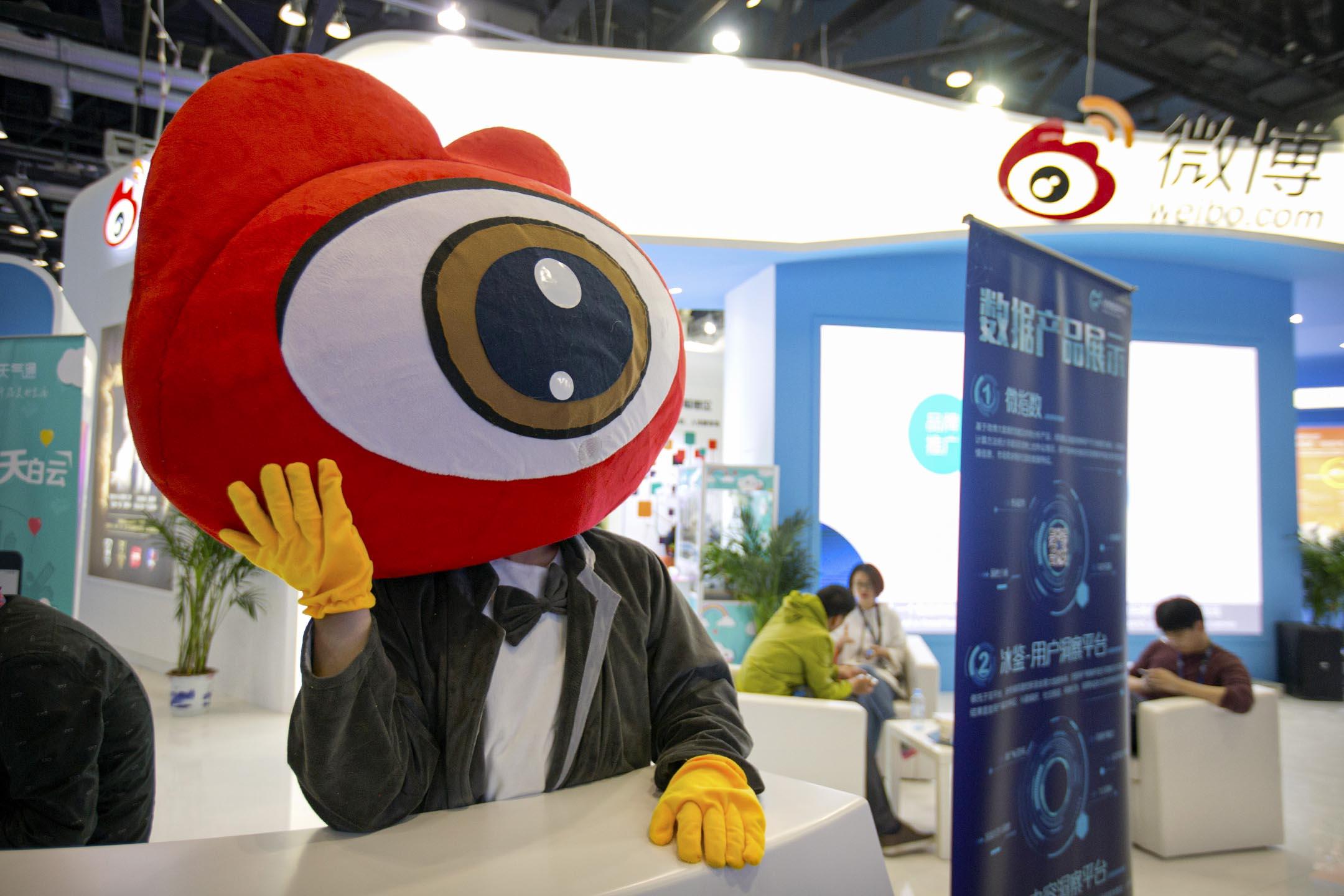 2017年4月27日北京,全球行動網際網路大會期間,一名身著卡通服裝的工作人員在新浪微博的展位等待訪客。 攝:Mark Schiefelbein/AP/達志影像