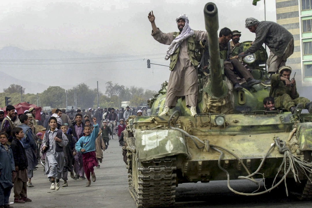 2001年11月13日,北方聯盟打敗塔利班並佔領喀布爾,市民為士兵歡呼。