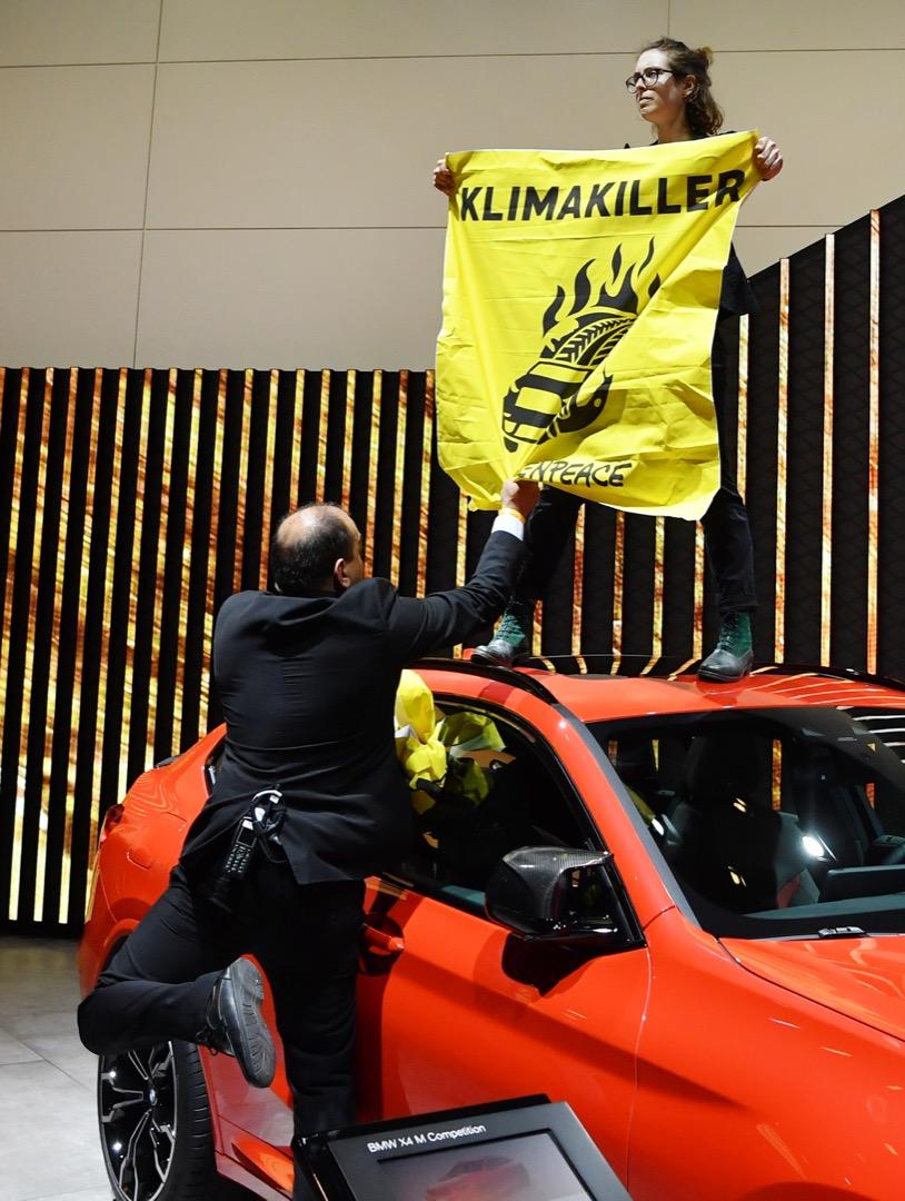 2019年9月12日,德國國際車展(IAA)於法蘭克福揭幕,總理默克爾到場主持儀式。期間有環保組織「綠色和平」的示威者站在一台寶馬房車上,舉起標語抗議,指控默克爾是「氣候殺手」 。