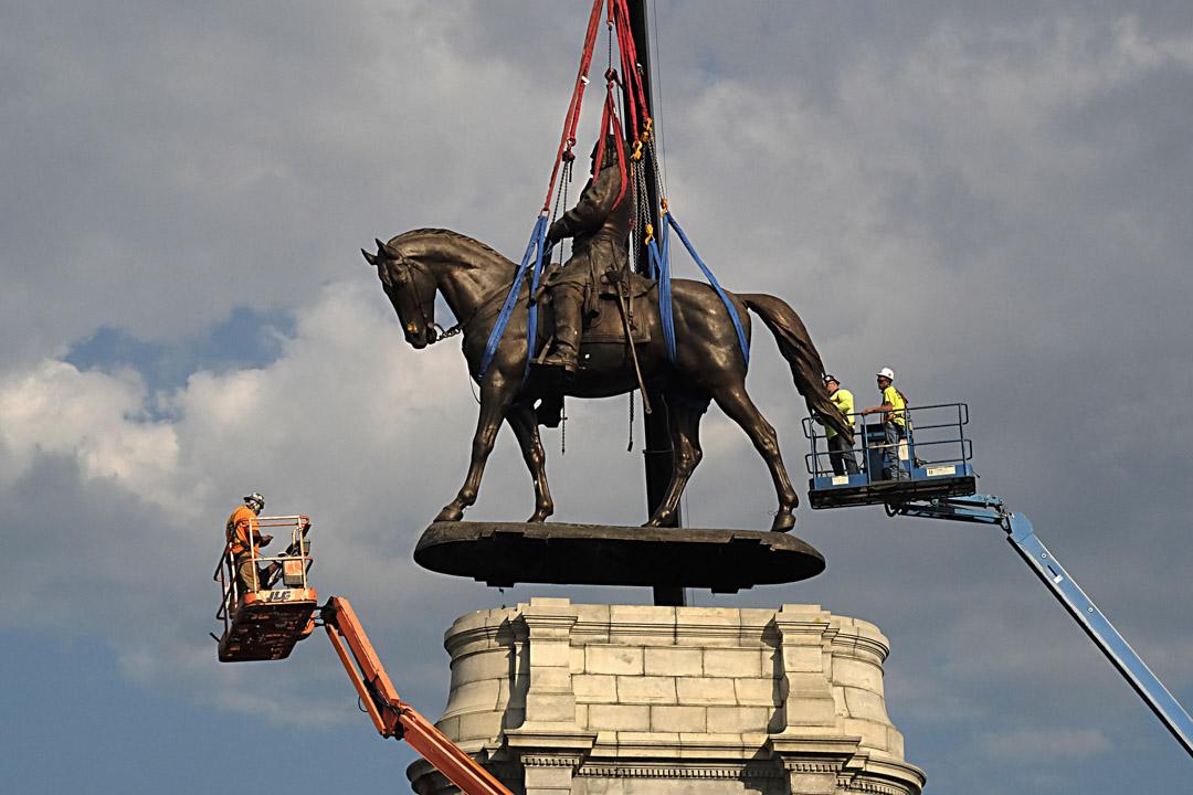 2021年9月8日,美國弗吉尼亞州,南北戰爭時期的南軍將軍Robert E. Lee的雕像從紀念碑大道的基座上移走。 攝:Bob Brown - Pool/Getty Images