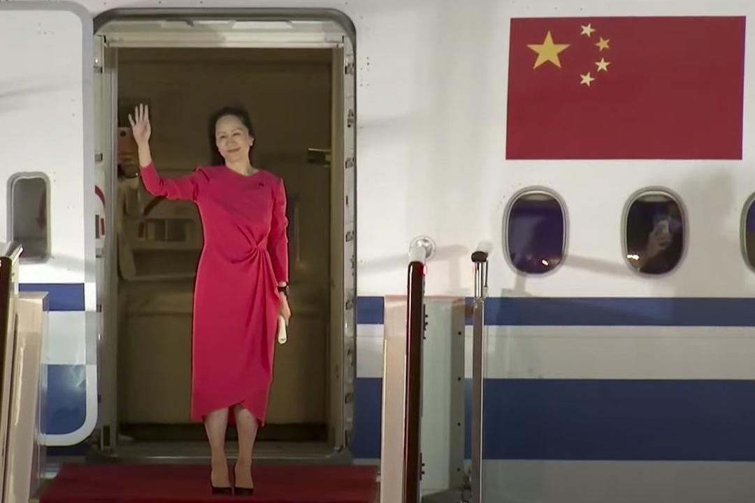 2021年9月25日,孟晚舟坐專機抵達深圳寶安機場。 影片截圖
