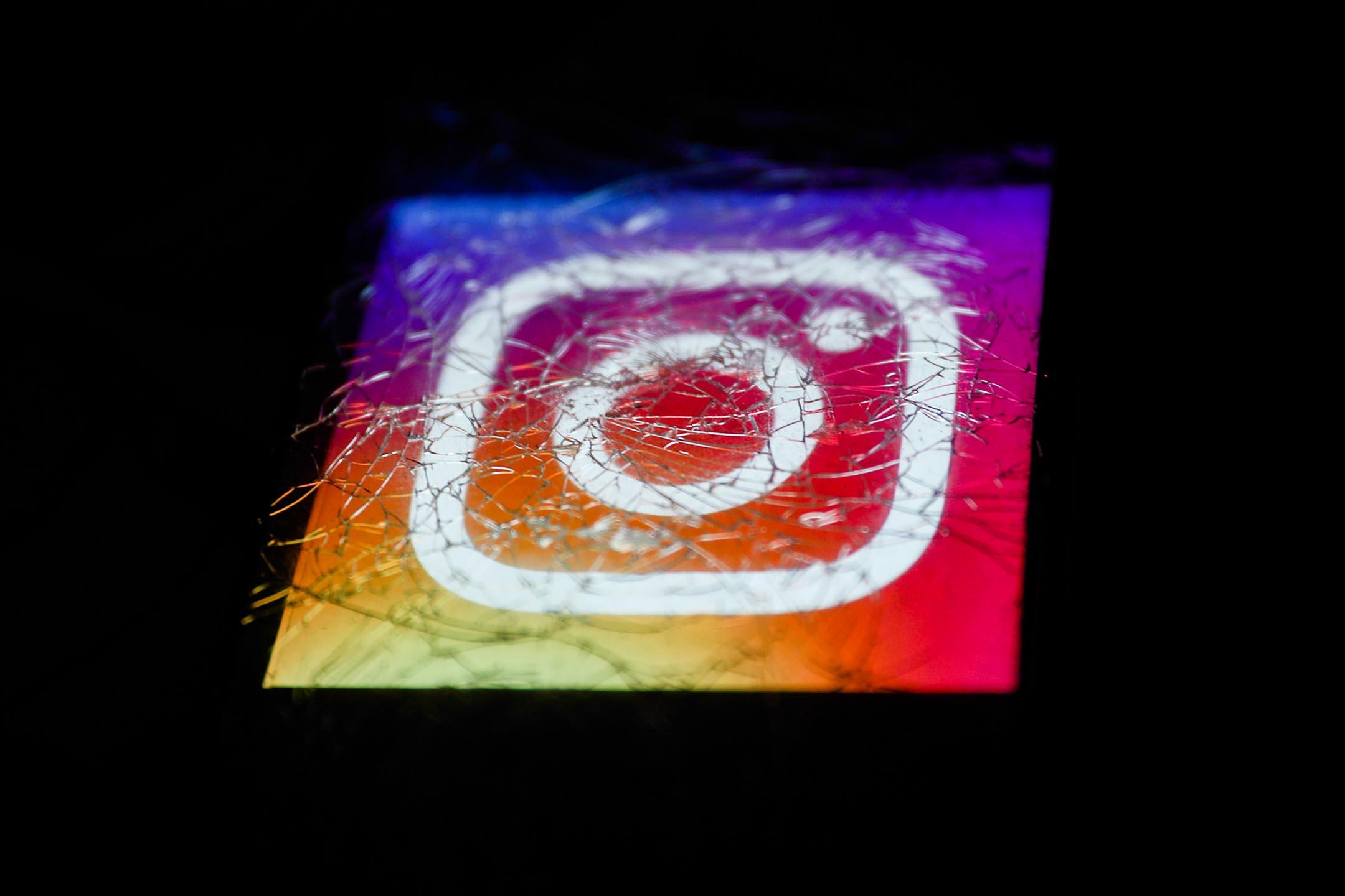 2020年2月28日波蘭,透過碎玻璃看到 Instagram 標誌。 攝:Jakub Porzycki/NurPhoto via Getty Images