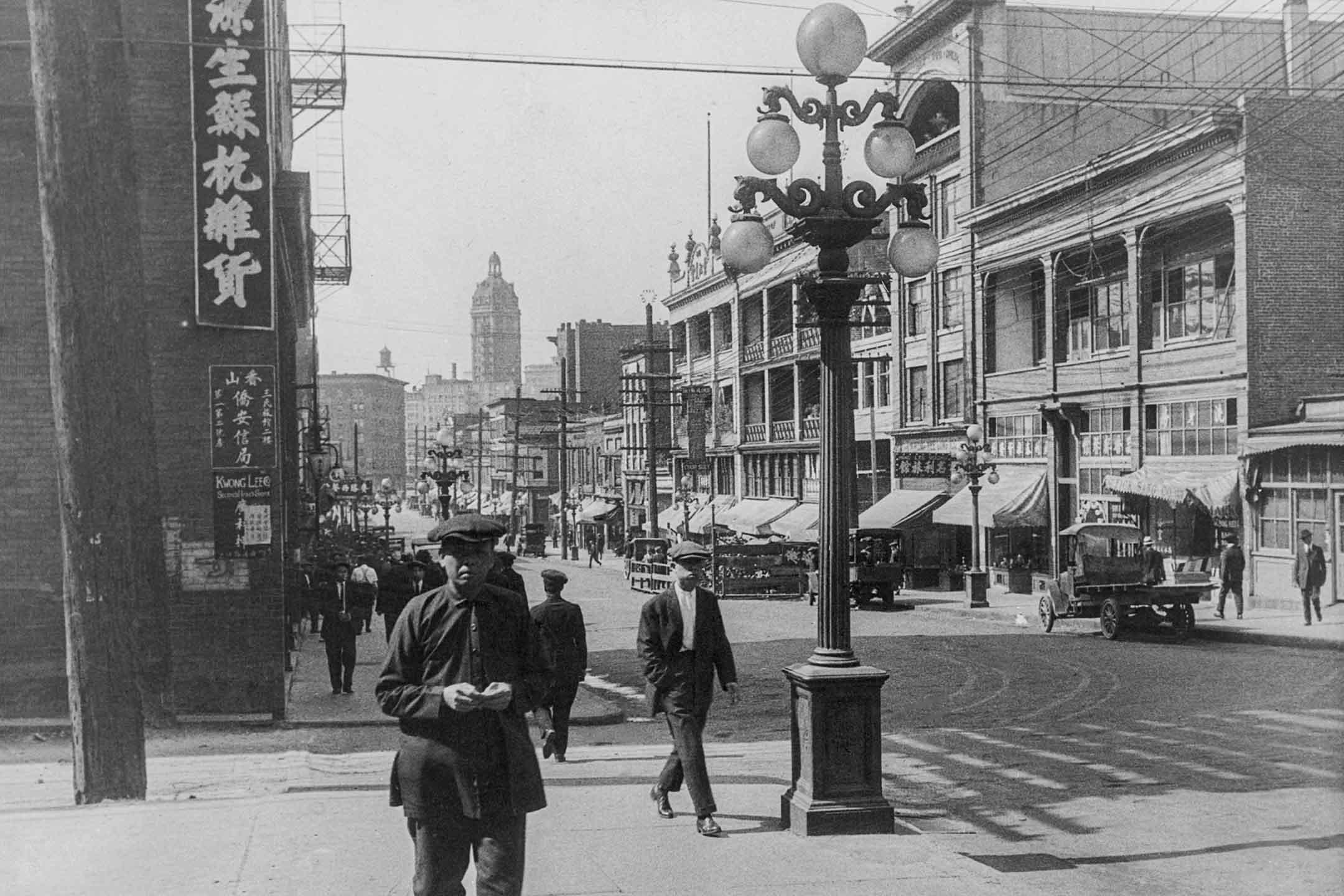 1935 年,人們在加拿大溫哥華唐人街散步。