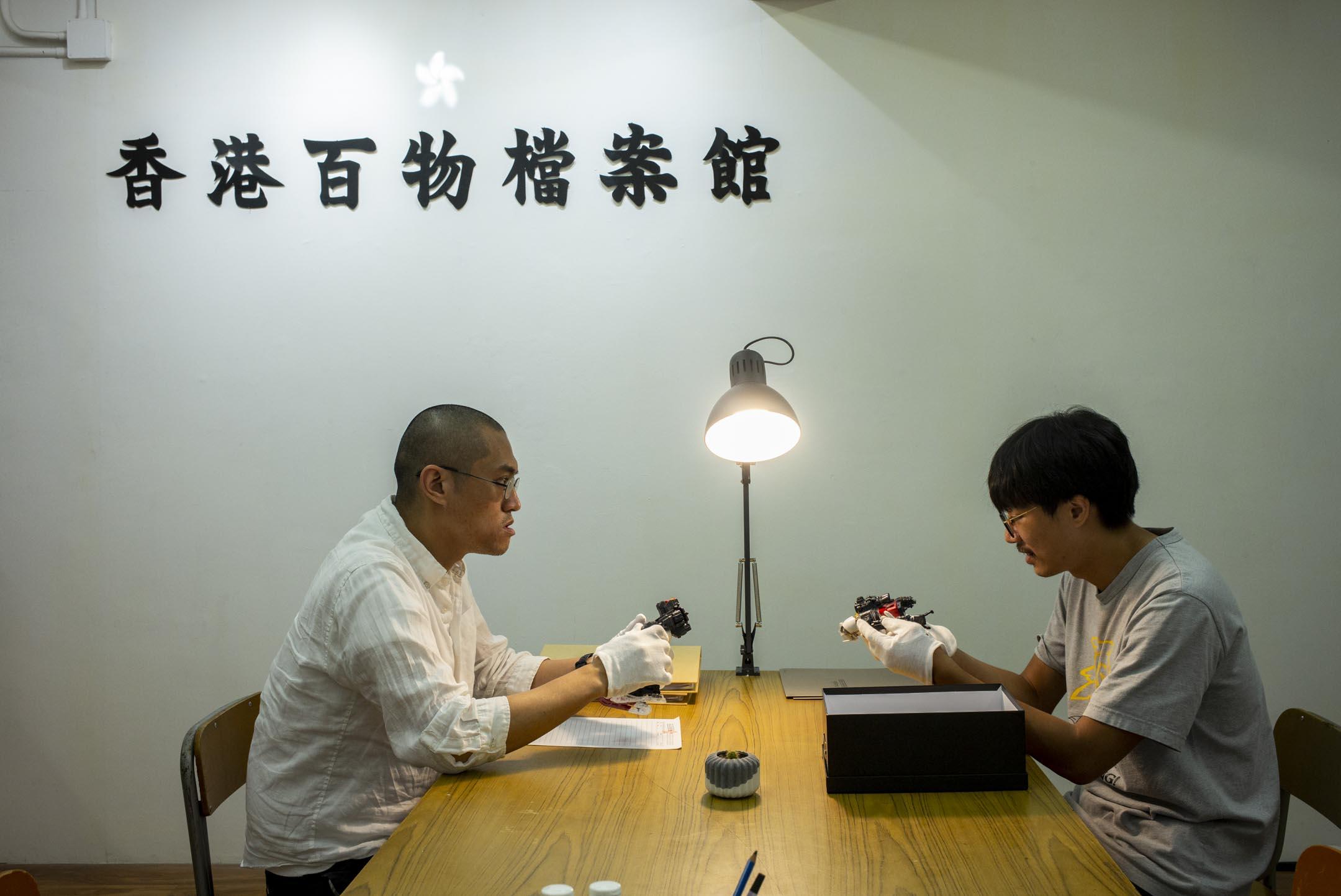 「香港百物檔案館」的策展人黃宇鵬(左)與藝術家江耀榮(右)。 攝:林振東/端傳媒