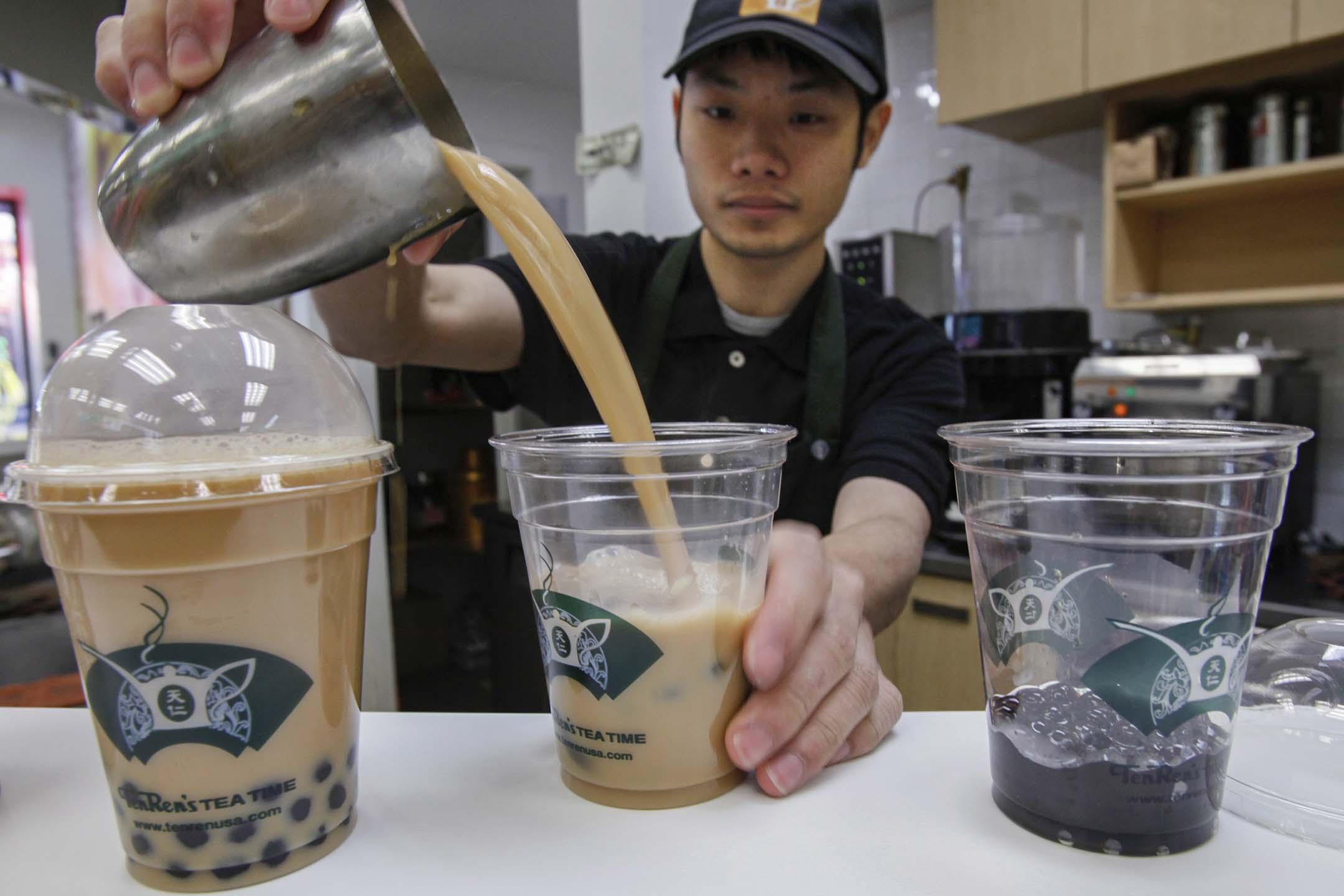 2009年12月29日紐約皇后區,天仁茗茶一名員工製作珍珠奶茶。
