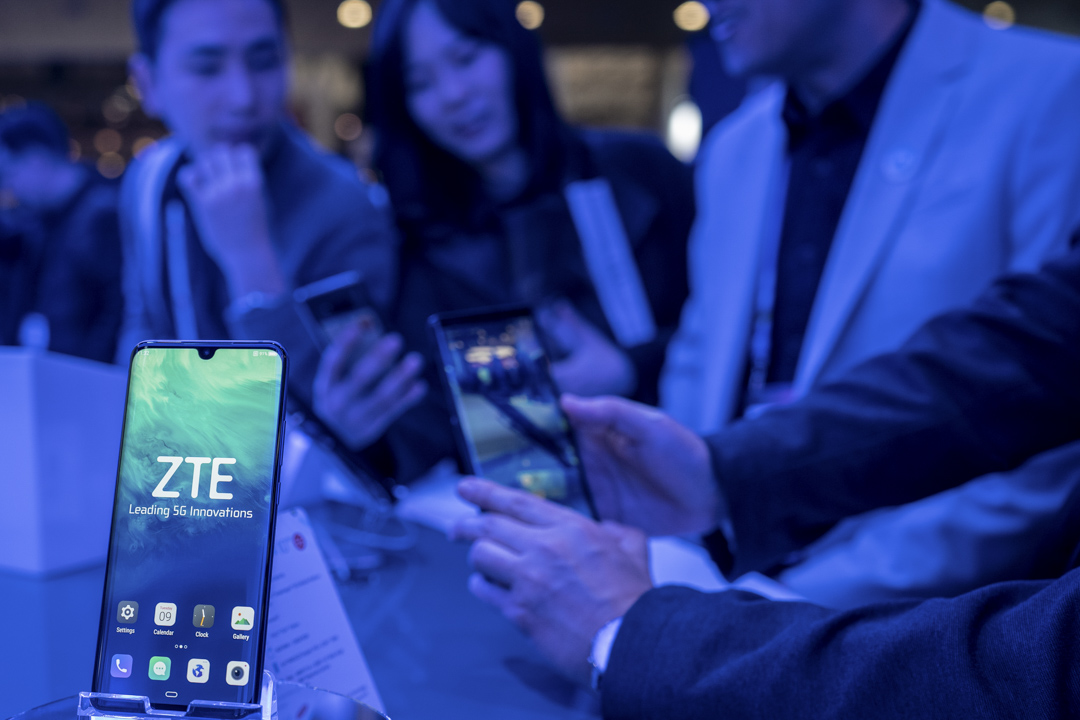 2019年2月25日西班牙巴塞羅那,與會者在2019年世界移動通信大會上,桌上放了一部中興手機。