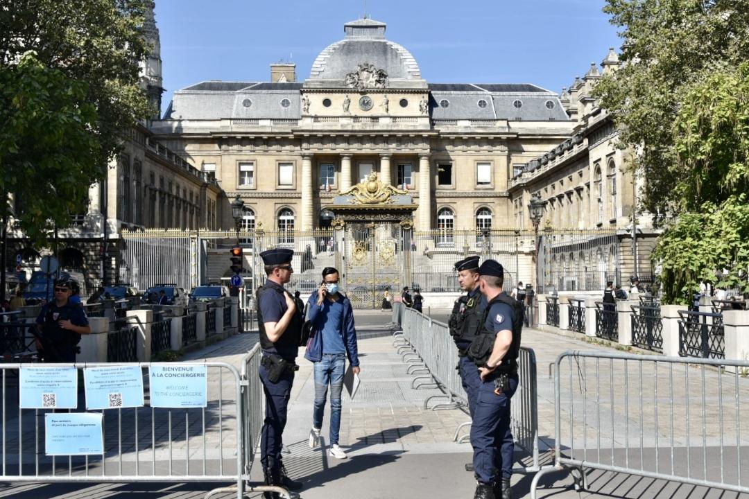 2021年9月8日,法國巴黎司法宮外加強安保,2015巴黎恐襲案開審。 攝:Yusuf Ozcan/Getty Images