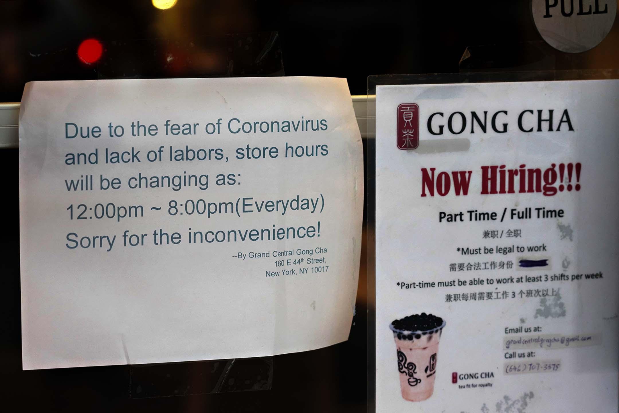 2020年3月16日美國紐約市,貢茶的窗戶上張貼了2019冠狀病毒的告示。
