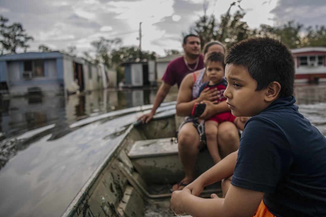2021年8月31日,美國路易斯安那州巴拉塔里亞,Maldonado一家在颶風艾達過後坐船回到被洪水淹沒的家。