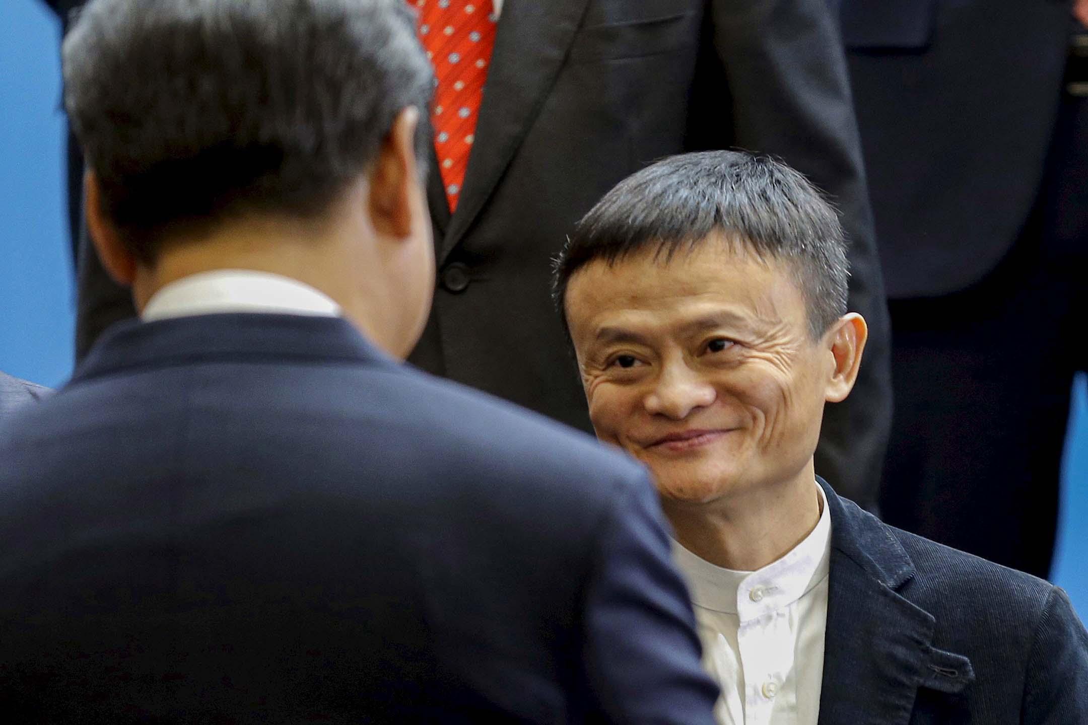 2015年9月23日華盛頓,中國國家主席習近平在微軟總部受到阿里巴巴創始人馬雲(右)的歡迎。