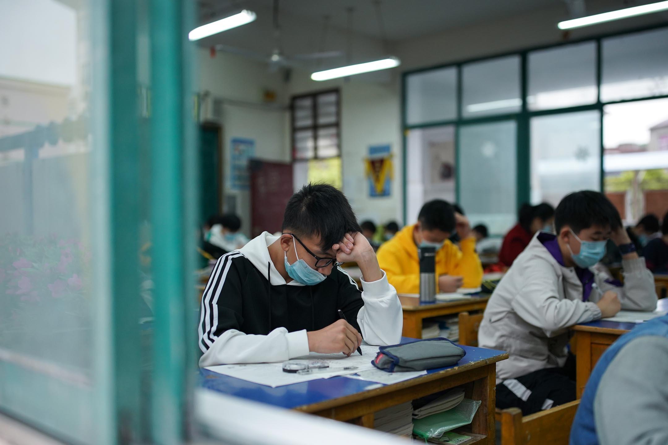 2020年4月17日中國靖縣,一所初中的學生在考試時戴著口罩。