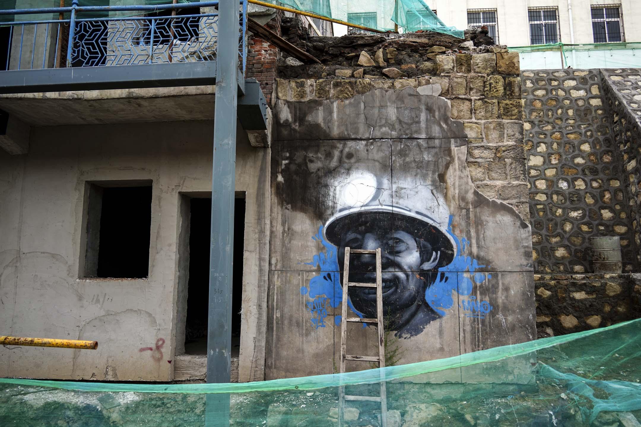 王石凹煤礦遺址中的工人形象塗鴉。