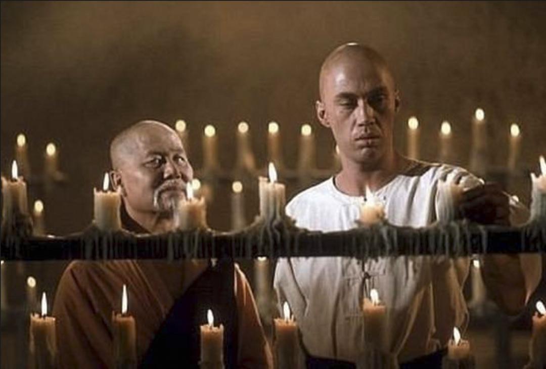 電視影集《功夫》中的 David Carradine 和飾演盲僧的華裔演員陸錫麒。