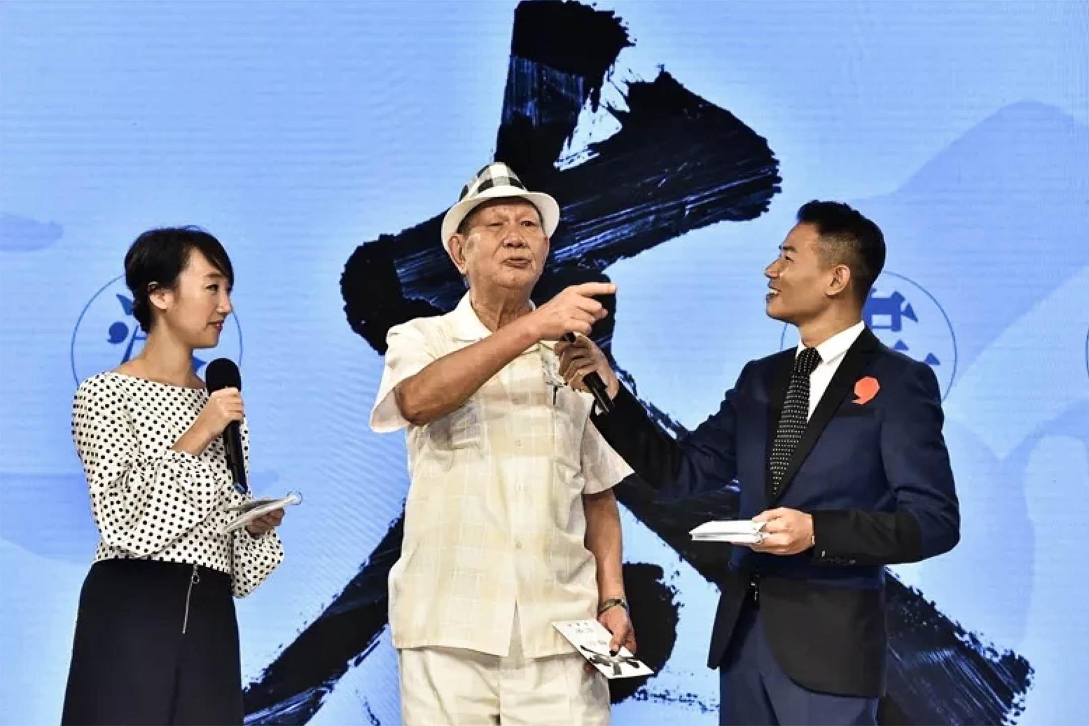2017年,詩人蔡炎培(中)出席「香港書獎」頒獎。