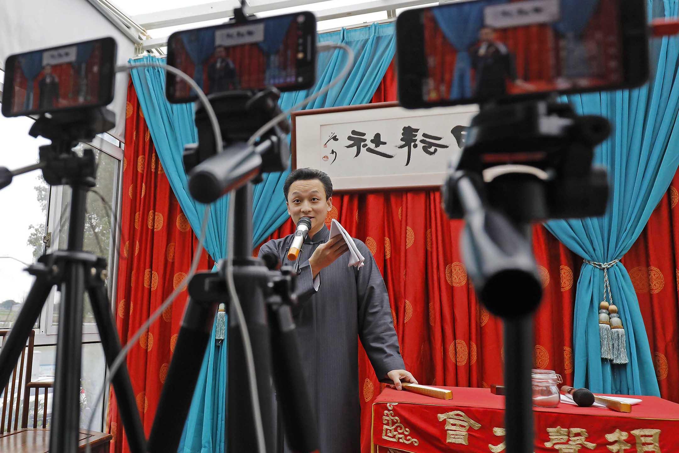 2020年3月1日中國上海 ,一名演員通過新浪微博等直播平台表演相聲。