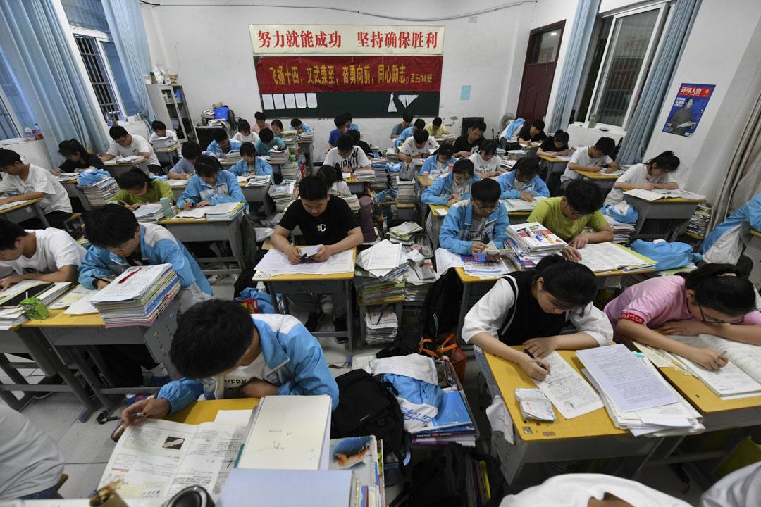 2021年6月3日,阜陽市第二中學,報名高考的學生們正在為即將到來的考試而努力學習。