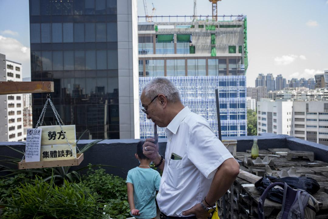 職工盟司庫鍾松輝在《序:職工盟三十週年展覽》舉行的天台上。