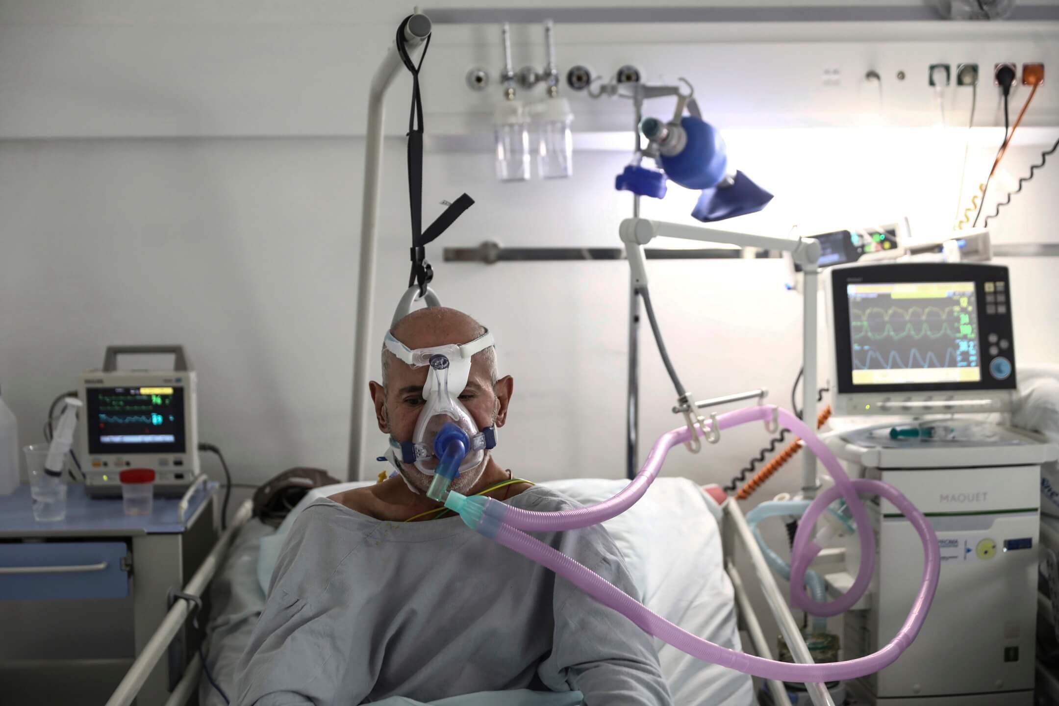 2021年9月17日,波黑首都薩拉熱窩,一所醫院內的深切治療部,一名2019冠狀病毒患者用呼吸機呼吸。 圖:AP/達志影像